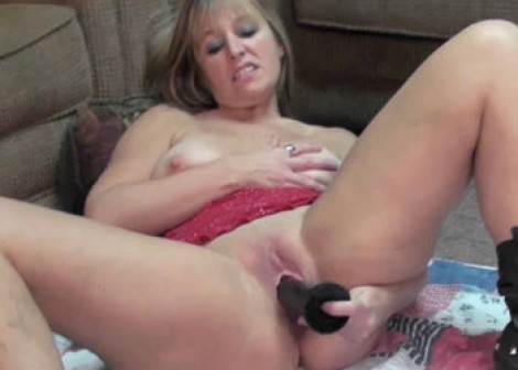 Curvy Liisa plays with her big black dildo